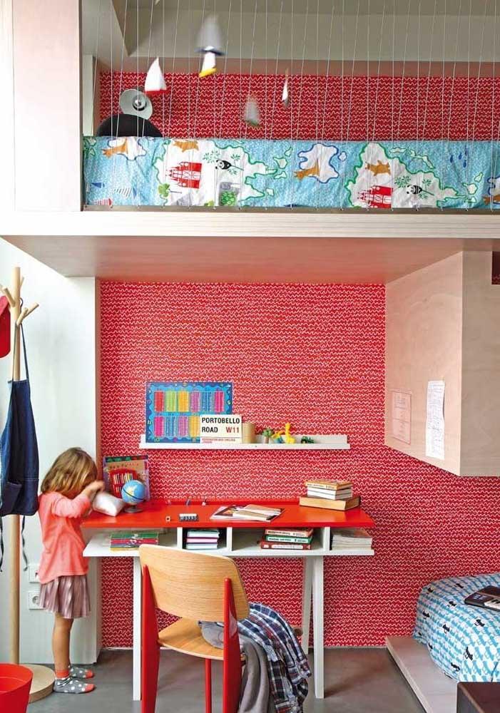 Olha que quarto infantil feminino mais fofo com esse papel de parede no tom vermelho e branco.