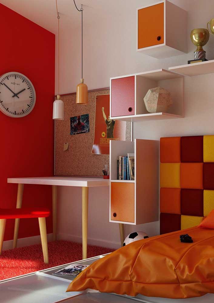 Já na parede você pode continuar usando a cor branca e destacar apenas uma parede com a cor vermelha.
