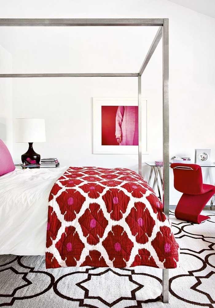 Aposte nos detalhes vermelhos que destacam a decoração do seu quarto.
