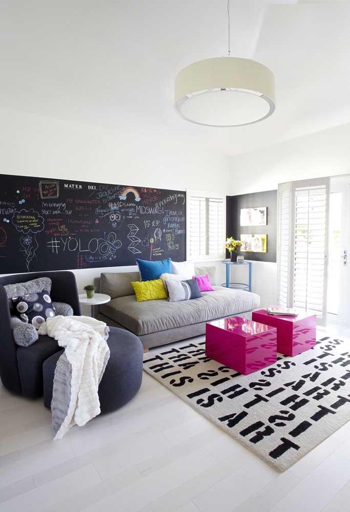 Gostou da ideia de criar um quadro com tinta lousa para colocar na sala da sua casa?