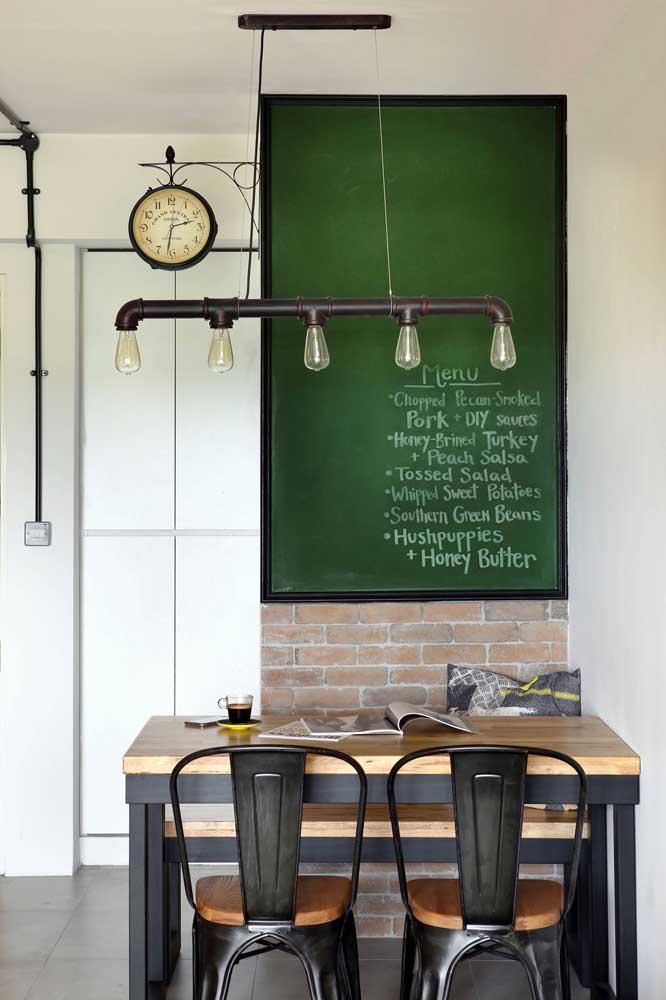 Que tal se inspirar nas escolas para criar um espaço com tinta lousa verde?