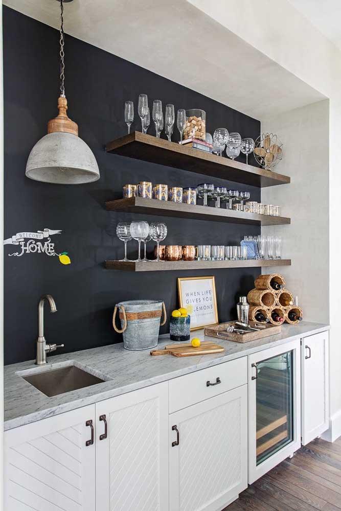 Olha como fica interessante a tinta lousa na parede da cozinha.