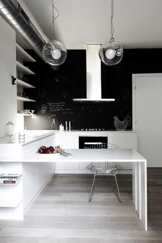 Veja que contraste perfeito entre móveis branco e tinta lousa preta.