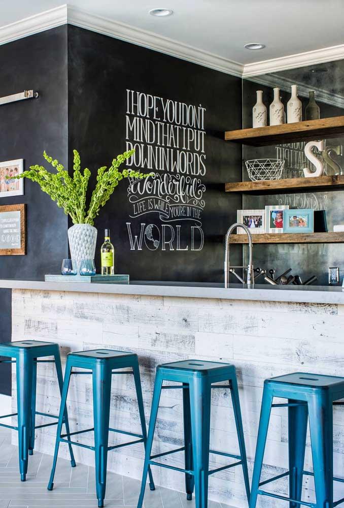 Olha que bar incrível com a parede toda de tinta lousa.