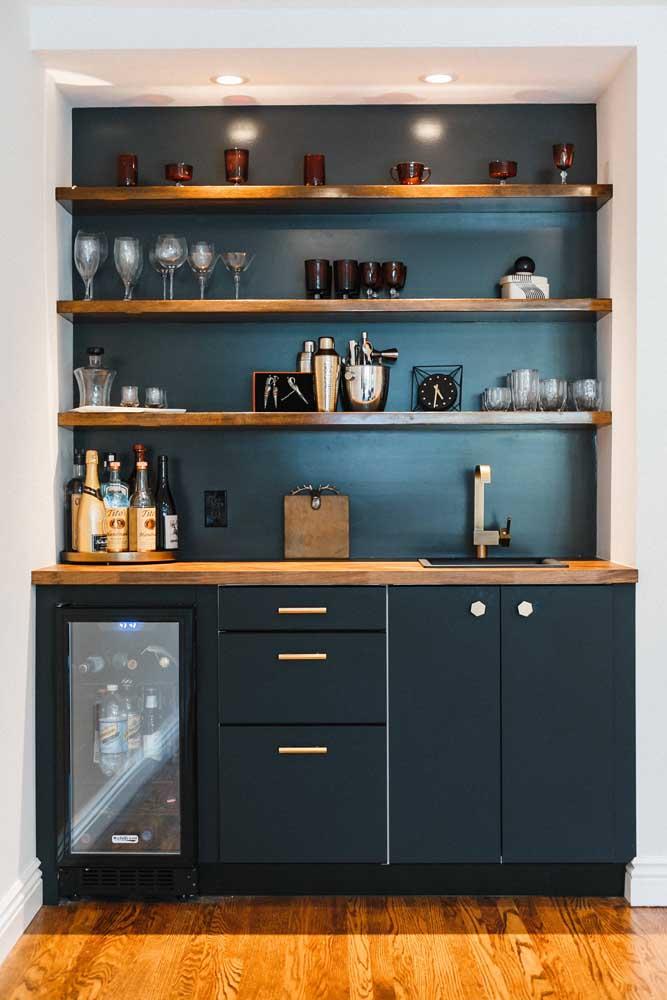 Que tal pintar a parede de tinta lousa azul para combinar com os móveis?