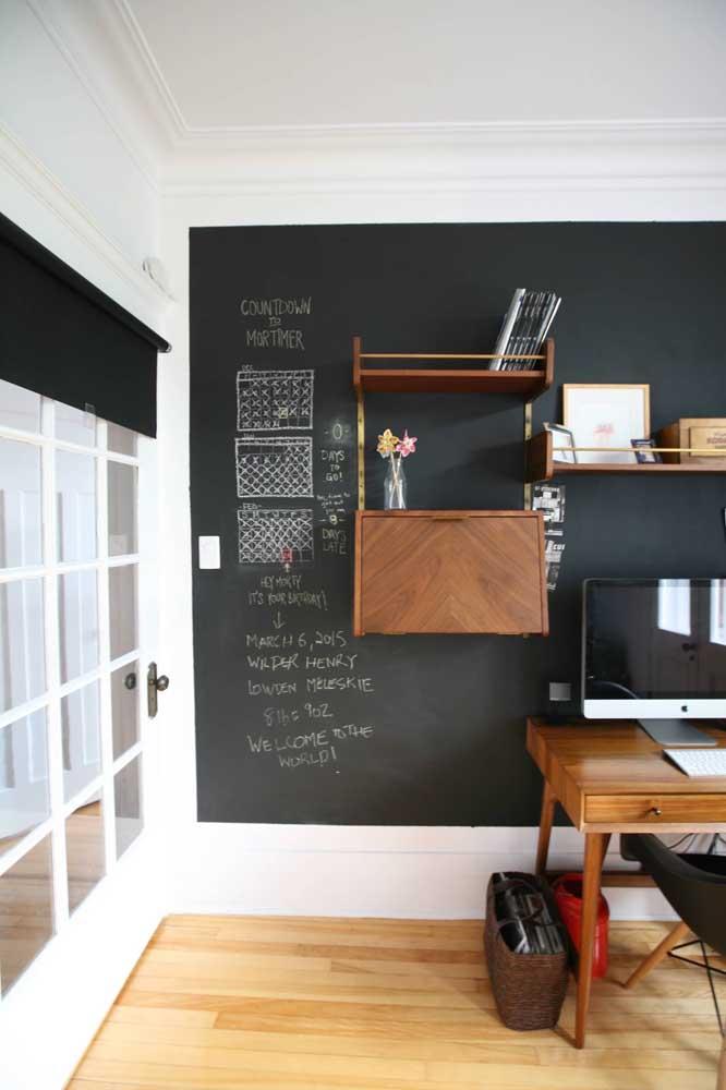 Divida a parede entre tinta lousa e item decorativo.