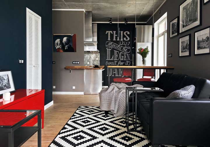 Você pode aplicar a tinta lousa na parede e porta do corredor da casa.