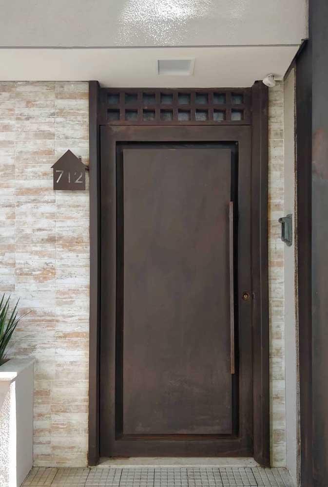 Que tal colocar uma porta aço corten na entrada da casa?