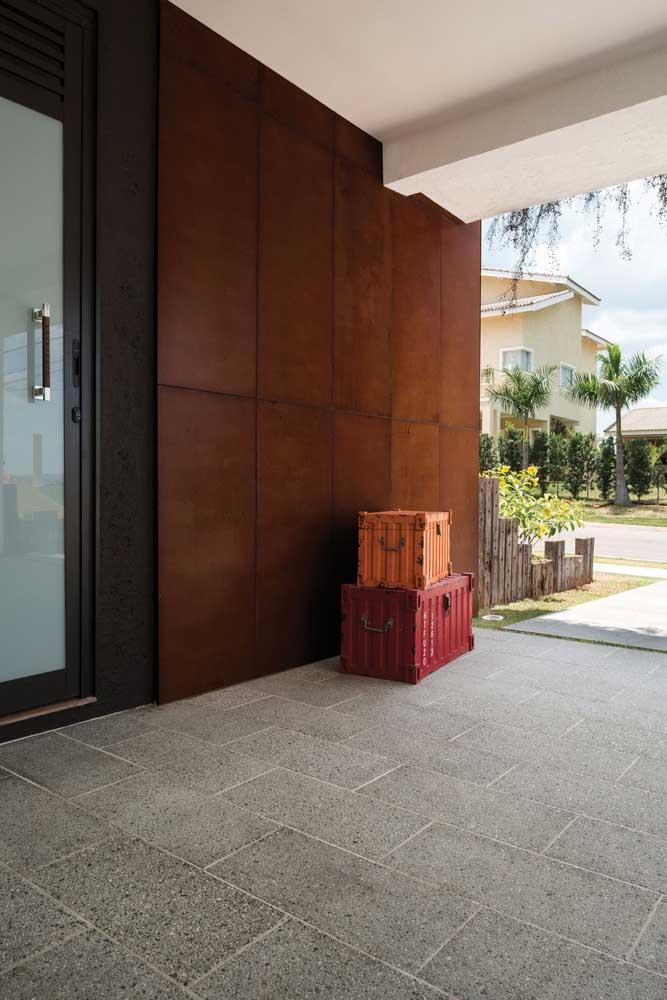 Você quer uma decoração externa mais elegante? Aposte na parede feita com aço corten.