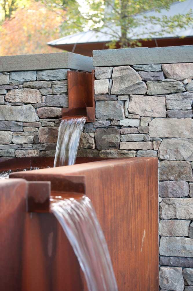 Por ser altamente resistente, o aço corten é muito usado na decoração externa da casa.