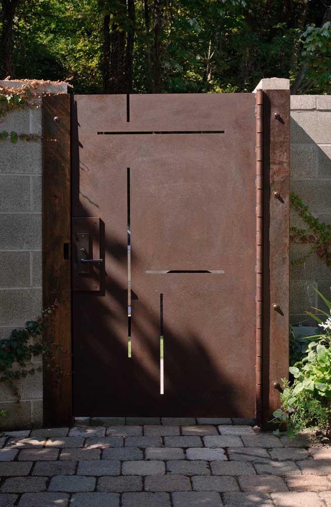 O aço corten deixou o portão mais imponente.