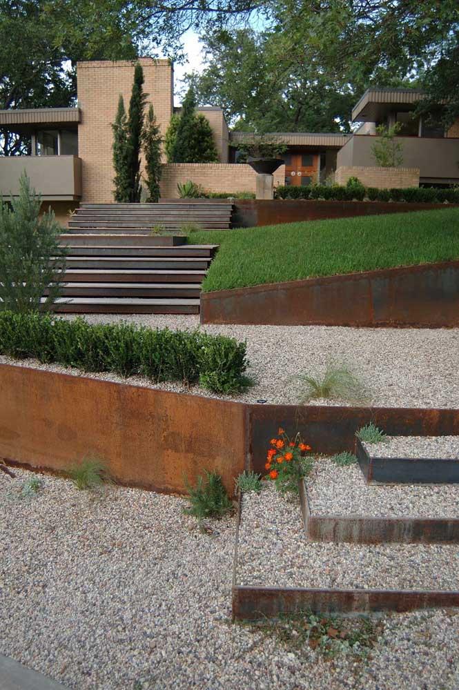 O aço corten é uma ótima opção para decorar jardins e quintais.