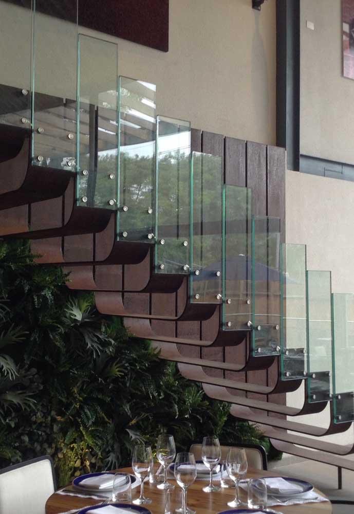 Misture aço corten com vidro para deixar a escada mais elegante.