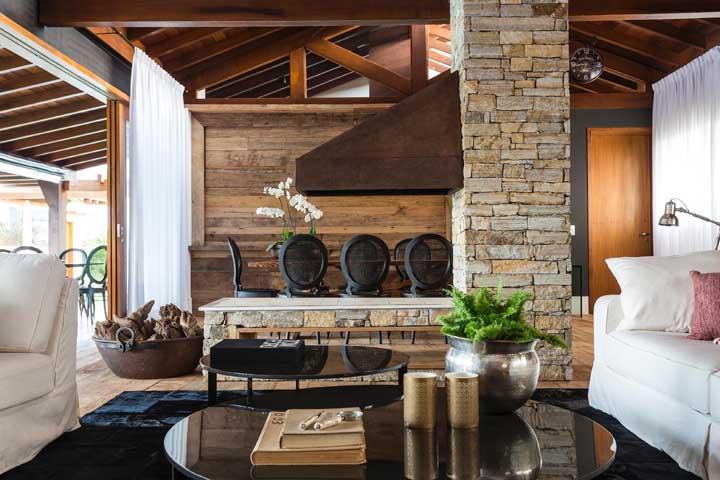 Tem combinação mais perfeita do que aço corten, parede de tijolos e madeira?