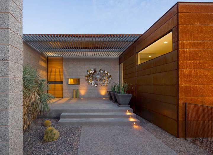 O aço corten se destaca com uma bela iluminação.