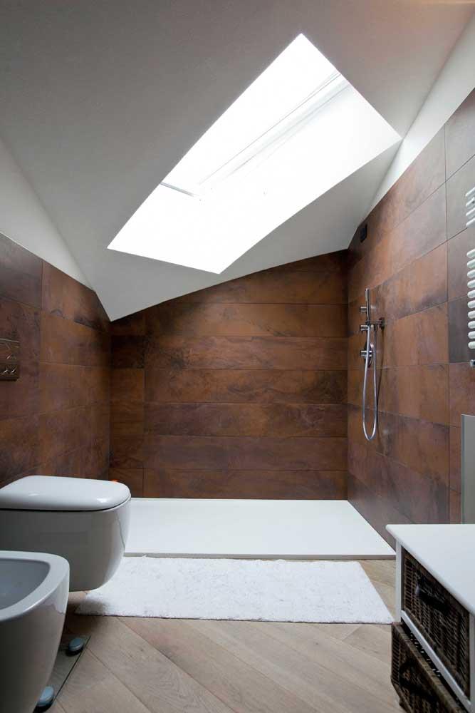 Outra opção de revestimento feito com aço corten para decorar o banheiro.
