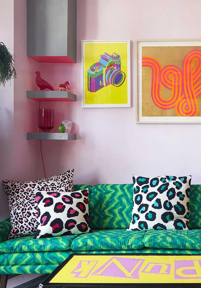 Que tal escolher almofadas coloridas com estampa animal print?