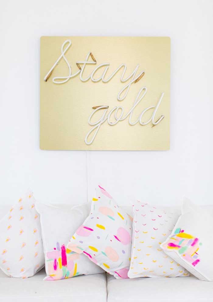 O que acha de apostar em uma decoração mais clean, mas com o colorido das almofadas?