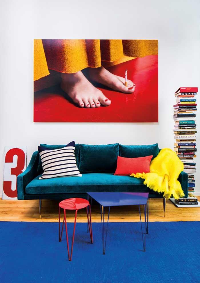 O sofá com almofadas coloridas deixa o ambiente mais descontraído.