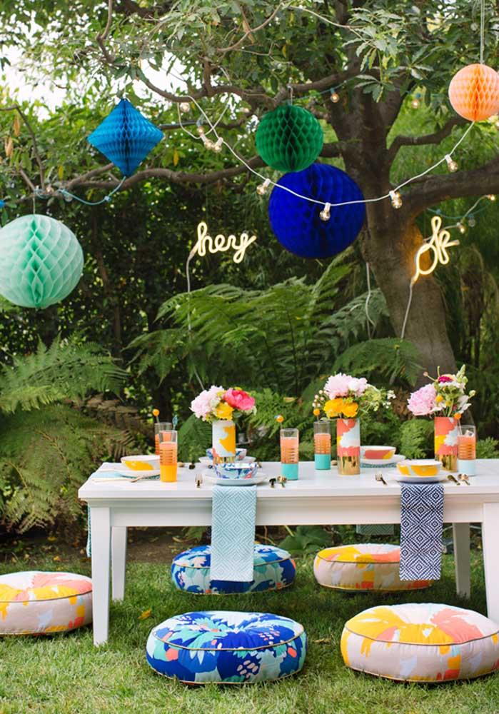 Olha que decoração perfeita com almofadas coloridas usadas como assento.