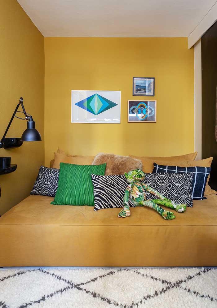 Use cores e texturas diferenciadas para fazer as almofadas coloridas.