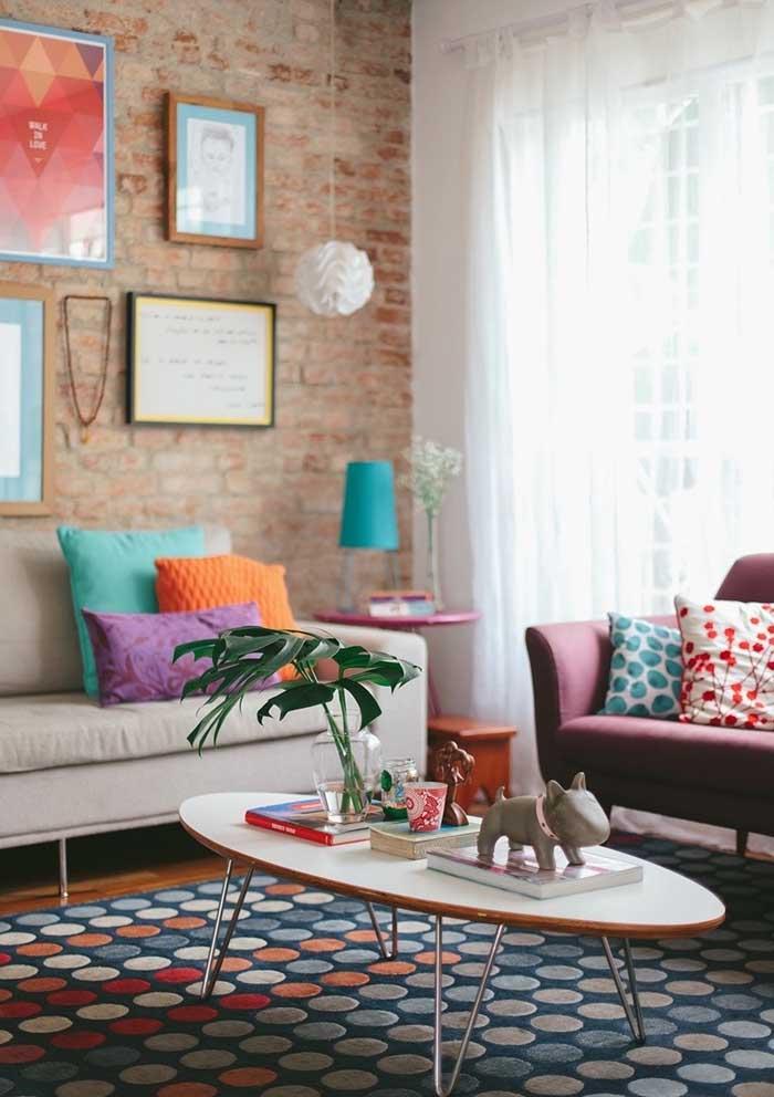 Você pode usar almofadas coloridas lisas para fazer uma decoração mais simples.