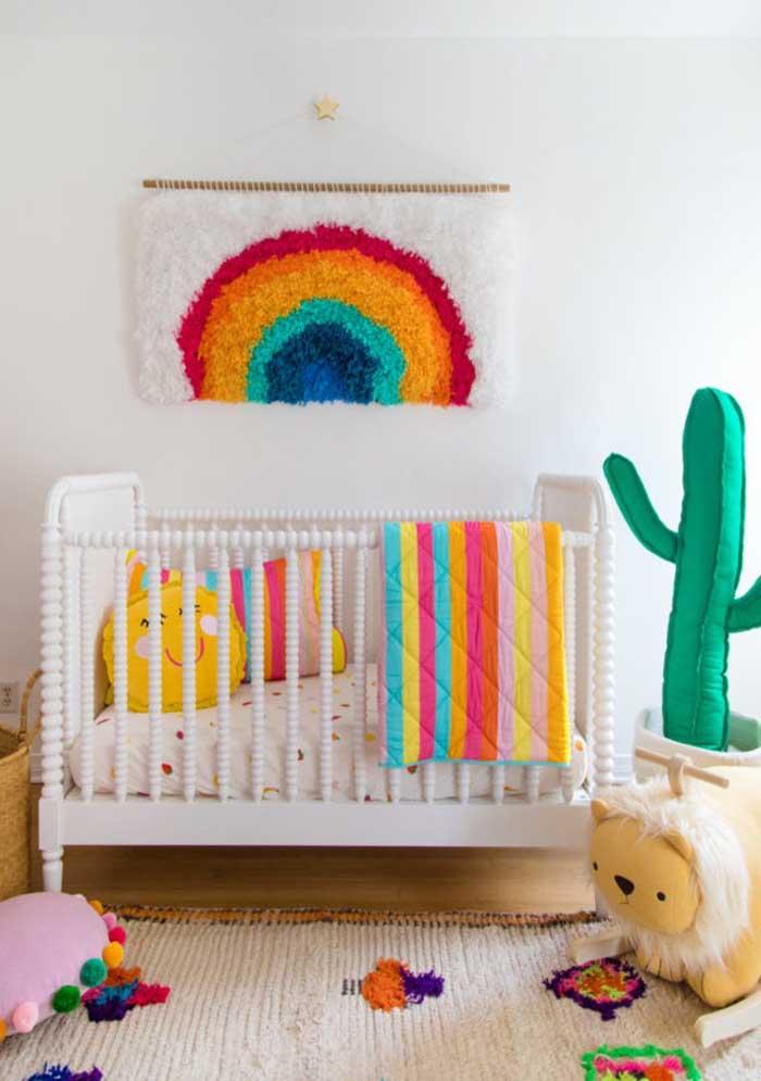 Decore o quarto do bebê com objetos coloridos para deixar o ambiente mais descontraído.