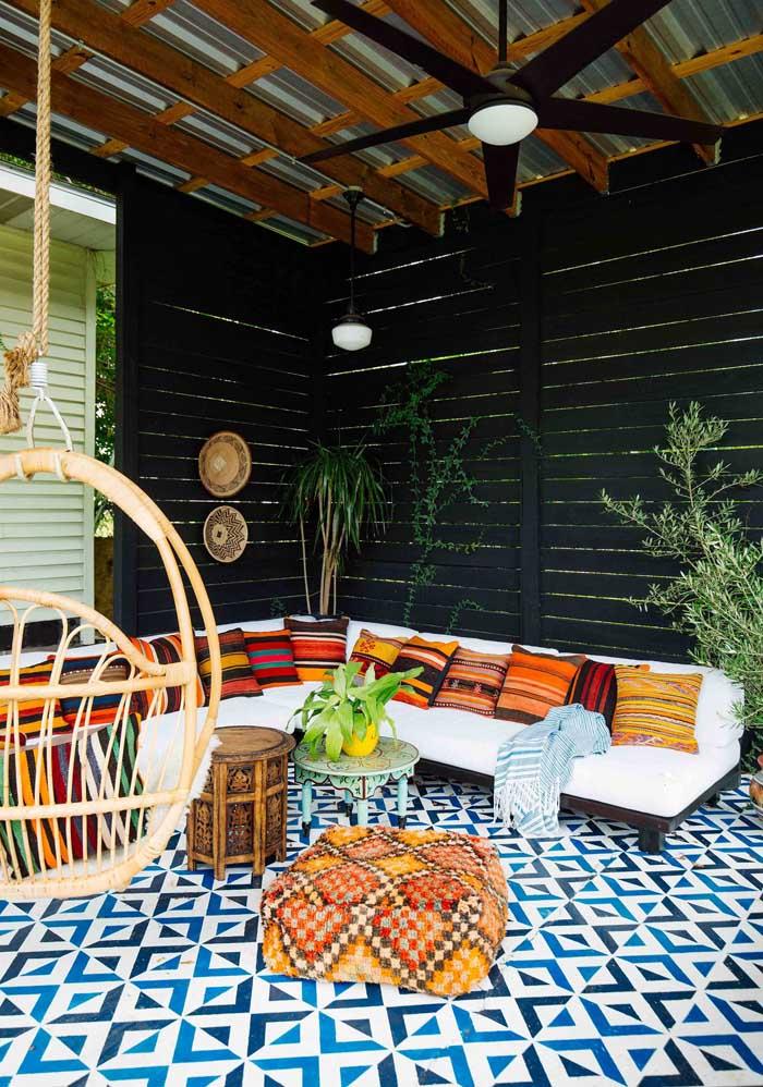 Veja que é possível deixar um ambiente com uma decoração mais harmoniosa, usando almofadas coloridas.