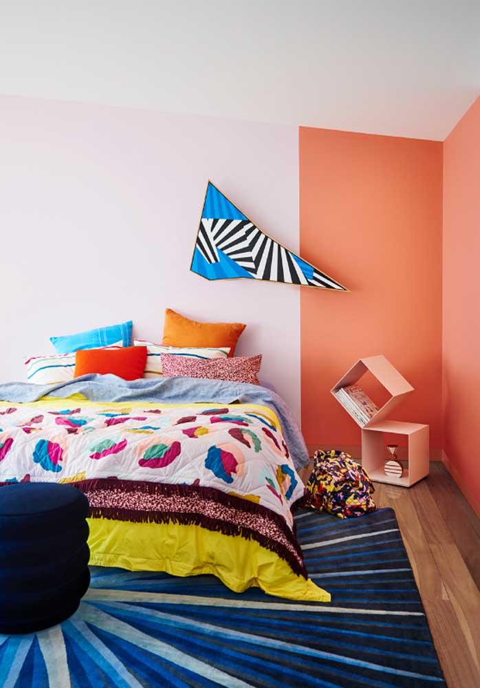 Você também pode usar almofadas coloridas para decorar o quarto do casal.