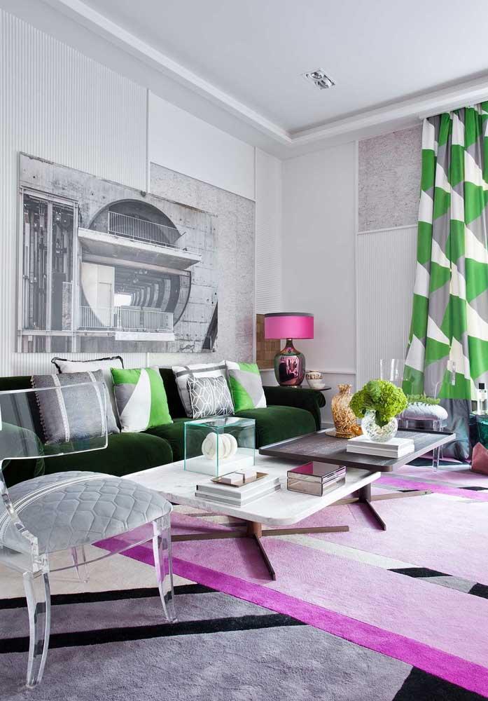 Que tal combinar as almofadas coloridas com o sofá e a cortina da sala de estar?