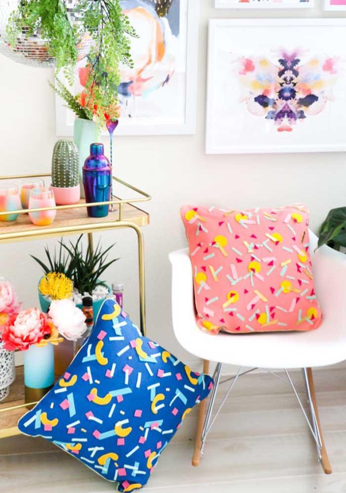 Olha que almofadas customizadas mais lindas que você pode decorar os ambientes.