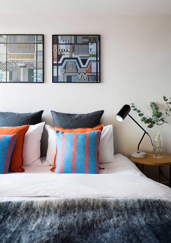 Valorize o ambiente com almofadas coloridas para quarto.
