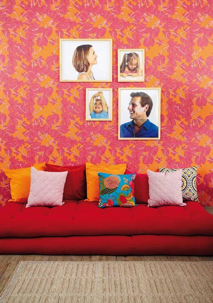 Você acha que não há como chamar mais atenção do que um sofá vermelho? Experimente colocar várias almofadas.