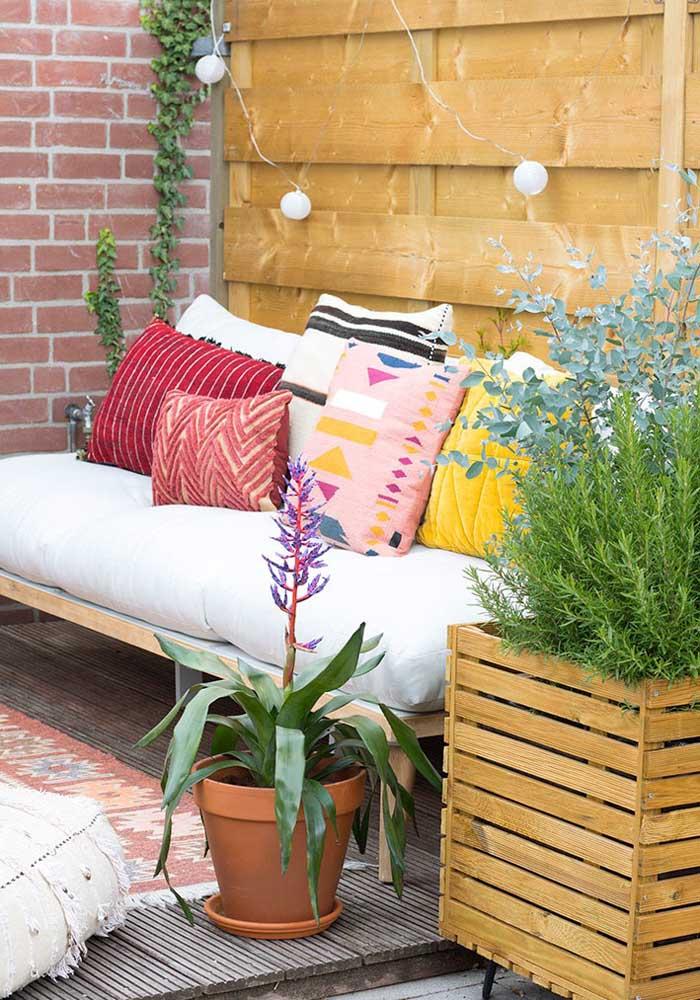 Misture diferentes estilos de almofadas coloridas para destacar o seu sofá.