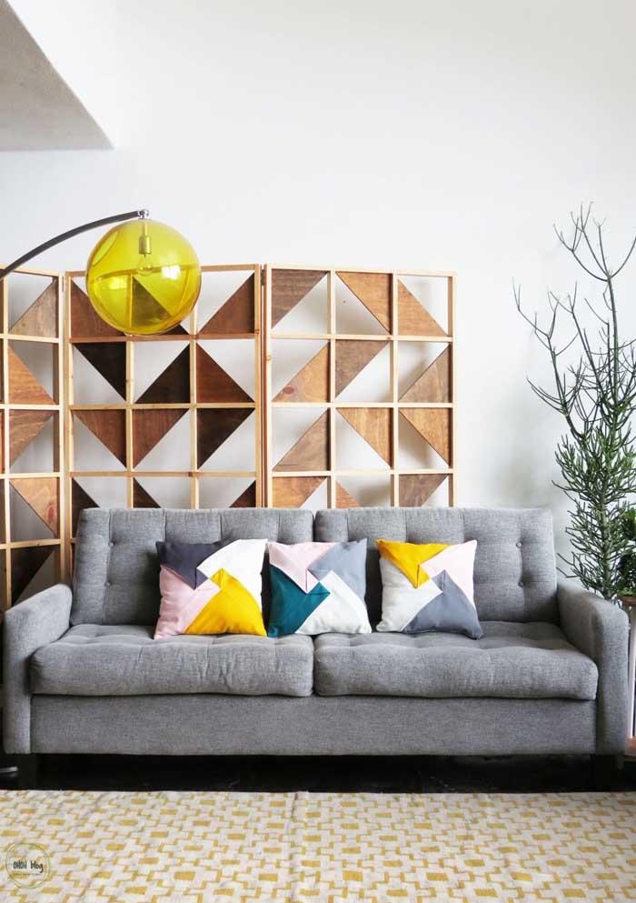 Agora se a intenção é fazer algo mais elegante e sofisticado, escolha estampas mais chamativas para as almofadas.