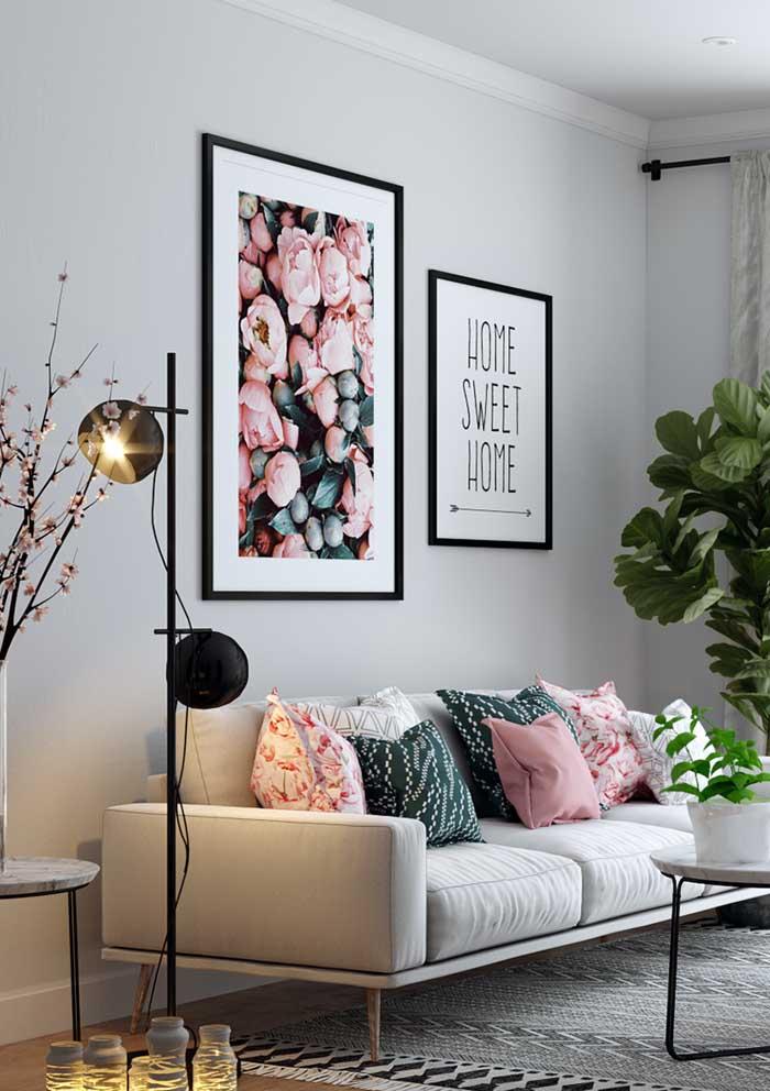 Veja como as cores das almofadas estão combinando perfeitamente com o tom do sofá.