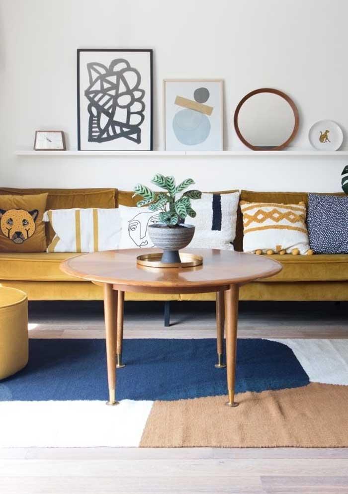 Já pensou nas almofadas coloridas para sofá marrom?