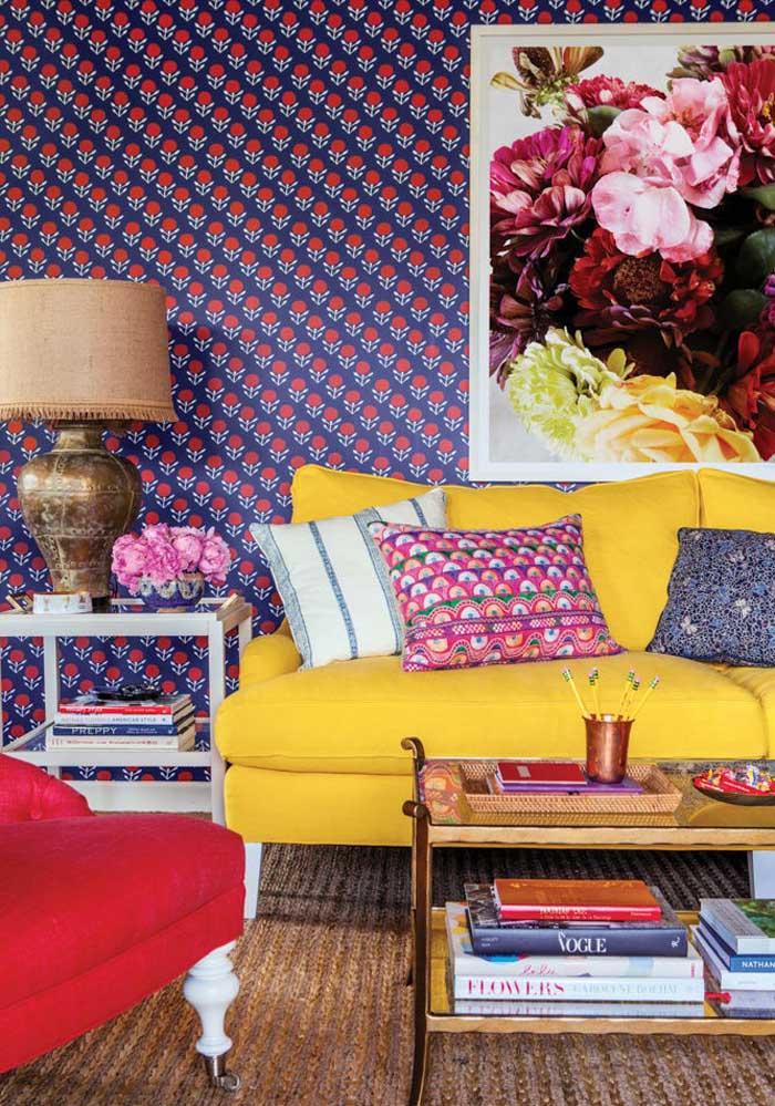 O que acha de combinar as almofadas coloridas com o papel de parede da sala?