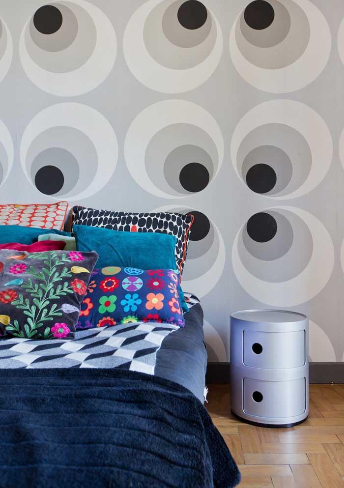 Existem várias opções de estampas e cores que você pode usar em almofadas.