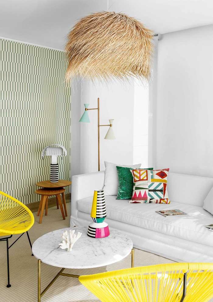 Não precisa encher o sofá de almofadas, basta escolher aquelas que mais combinam com a decoração.