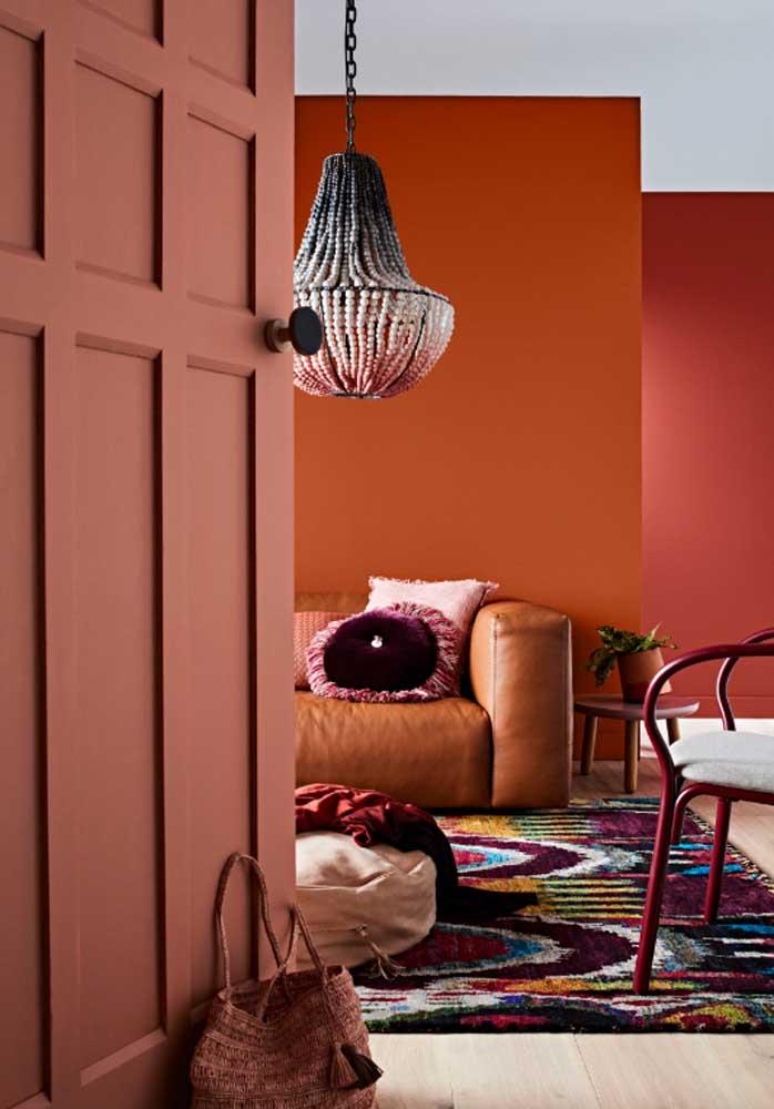 Cores mais escuras são interessantes para almofadas coloridas para sofá marrom.