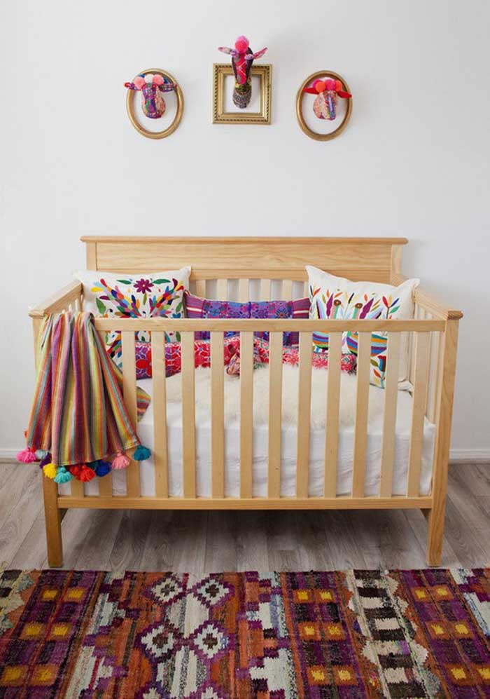 Bebês adoram peças coloridas, portanto, use bastante almofadas confortáveis no berço.