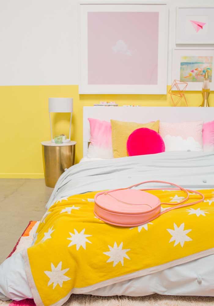 Quer fazer uma decoração diferenciada no quarto? Use almofadas coloridas.