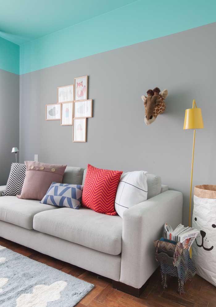 Para destacar um ambiente mais sóbrio, aposte em almofadas coloridas.