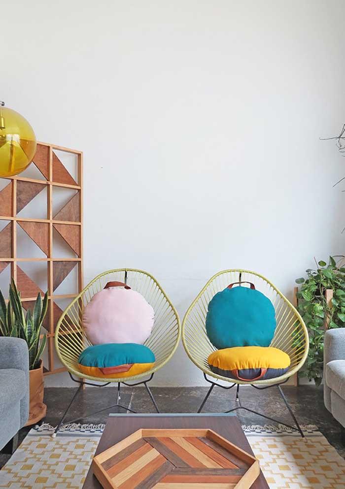 Olha como é possível usar almofadas coloridas tanto no assento quanto no encosto das cadeiras.