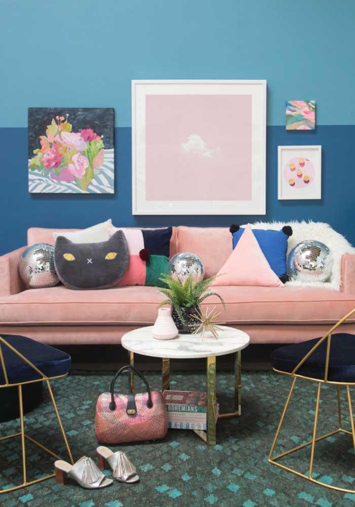 Deixa a sua sala mais feminina com almofadas coloridas e customizadas.