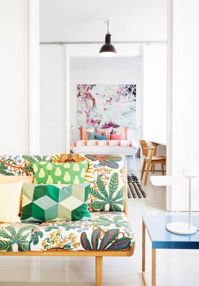 Quem disse que um sofá colorido não pode ser decorado com almofadas coloridas?
