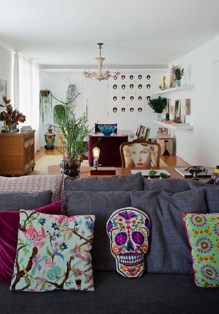 Aposte em almofadas customizadas e coloridas para fazer uma decoração diferenciada.