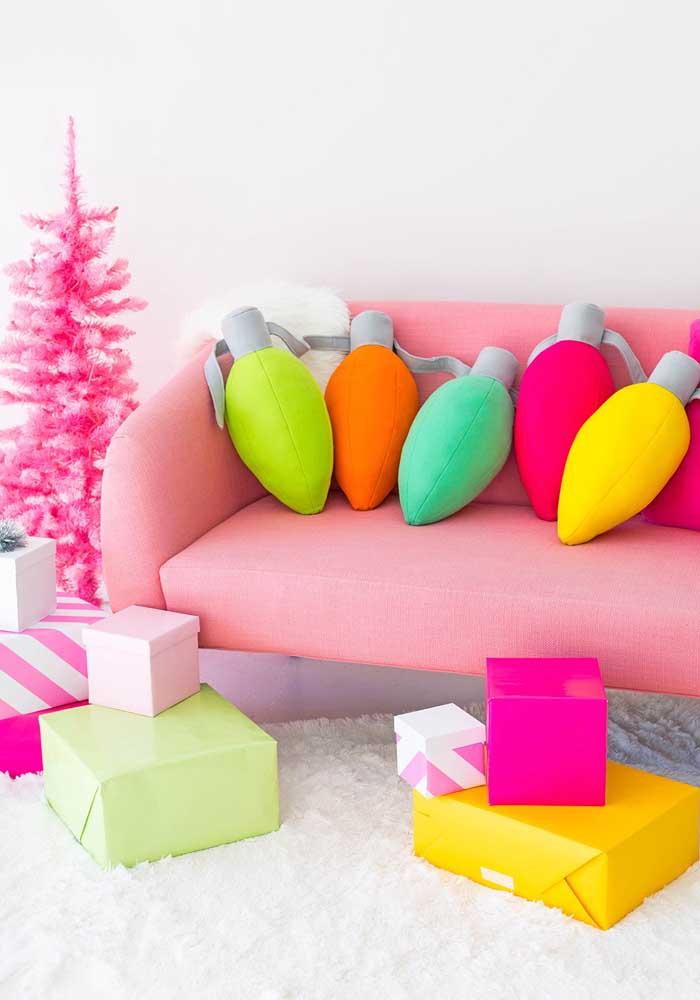 Já pensou fazer almofadas divertidas no formato de lâmpadas coloridas?