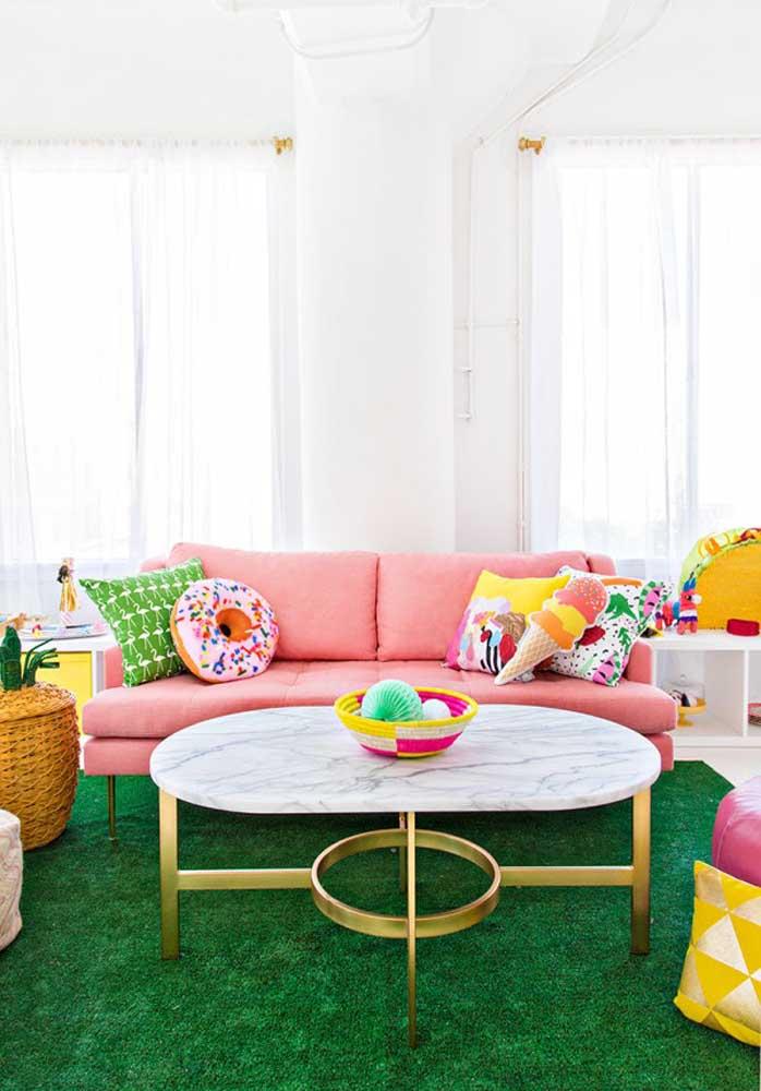 O mais interessante é que as almofadas divertidas podem seguir os mesmos tons da decoração.